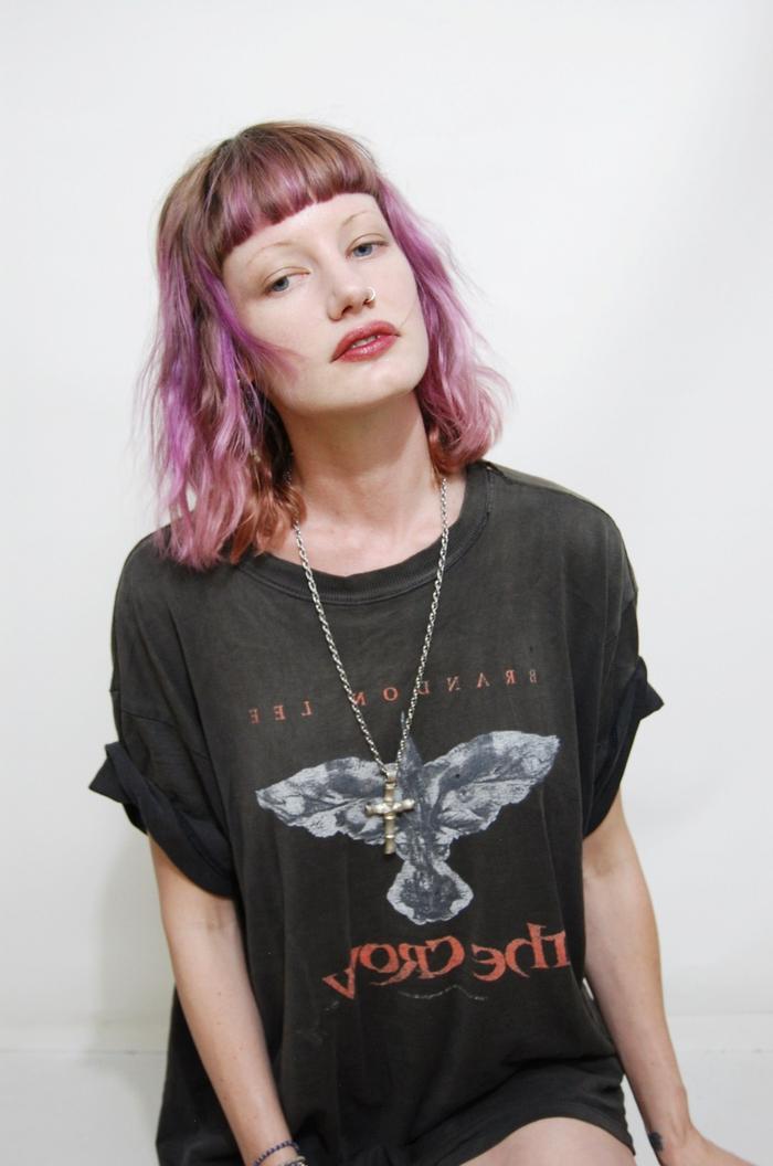 une coloration tendance pastel associée à une coiffure femme frange nette et droite
