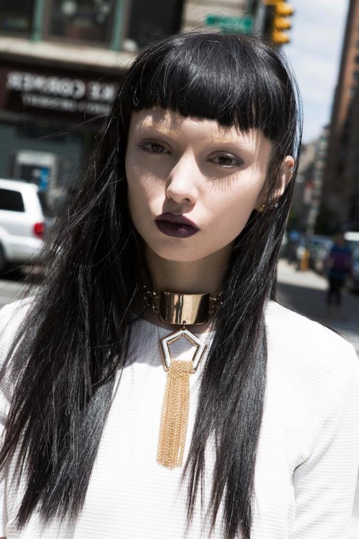 une coiffure avec frange baby bangs de style néo grunge associée à un rouge à lèvre mat foncé