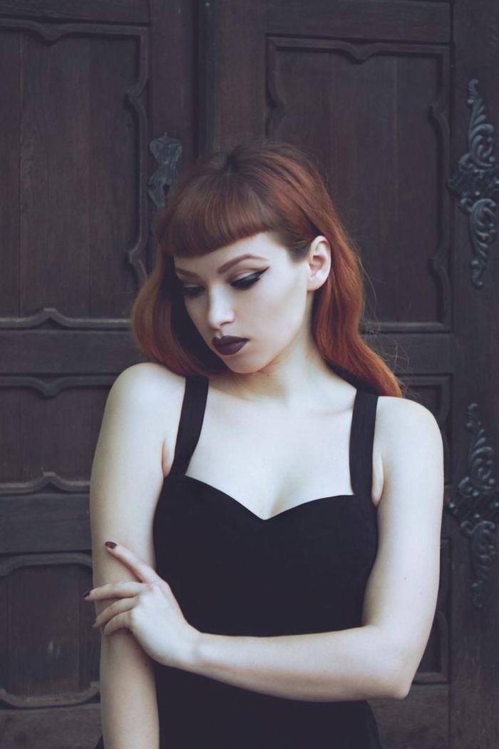 idée pour une jolie coiffure grunge avec coupe frange et un maquillage foncé