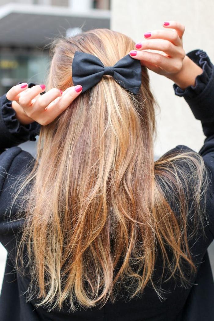 une coiffure simple cheveux mi long qui embrasse la texture naturelle des cheveux avec un simple ruban noir