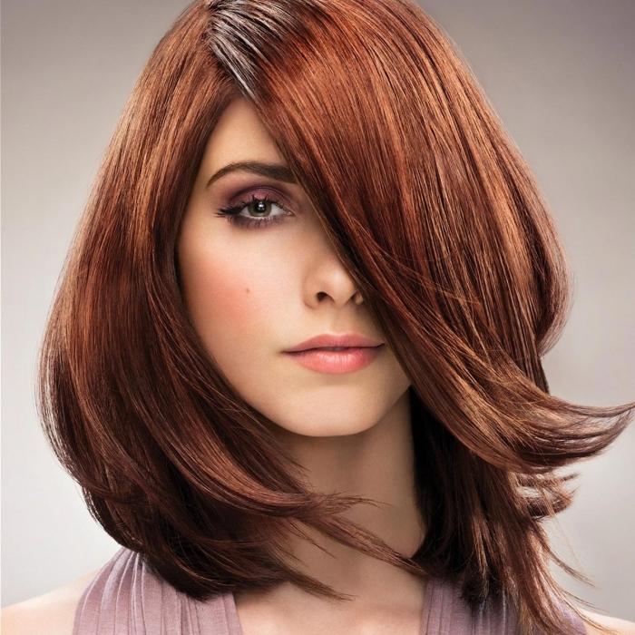 couleur chatain foncé, coloration cuivrée sur cheveux châtain avec racines foncées, robe avec bretelles en rose poudré