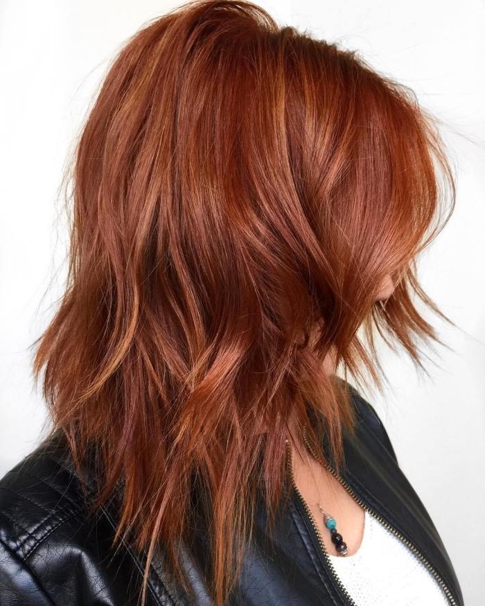 couleur cuivrée, coupe de cheveux mi longs femme, coloration cheveux châtain de reflets rouges et cuivrées