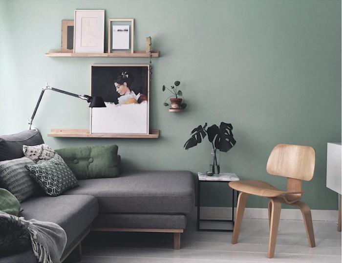 salon vert d eau, nuance céladon, canapé d angle gris, chaise en bois, parquet clair, amenagement salon épuré