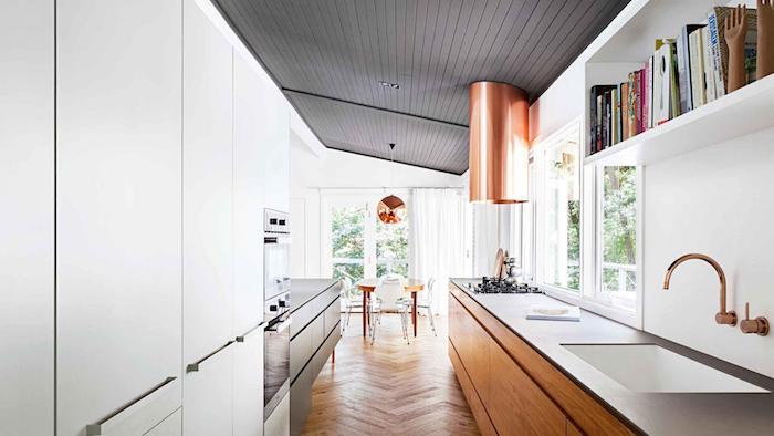 idée comment aménager une cuisine en longueur avec meuble cuisine en bois et etagere blanche, parquet clair, salle à manger en table bois et chaies moderne, aspirateur et suspension cuivre