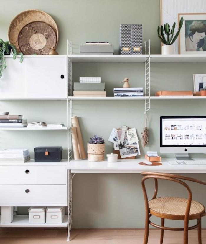 amenagement coin travail, bureau à domicile, bureau scandinave avec plusieurs étagères blanches, chaise en bois et parquet clair, mur couleur vert céladon
