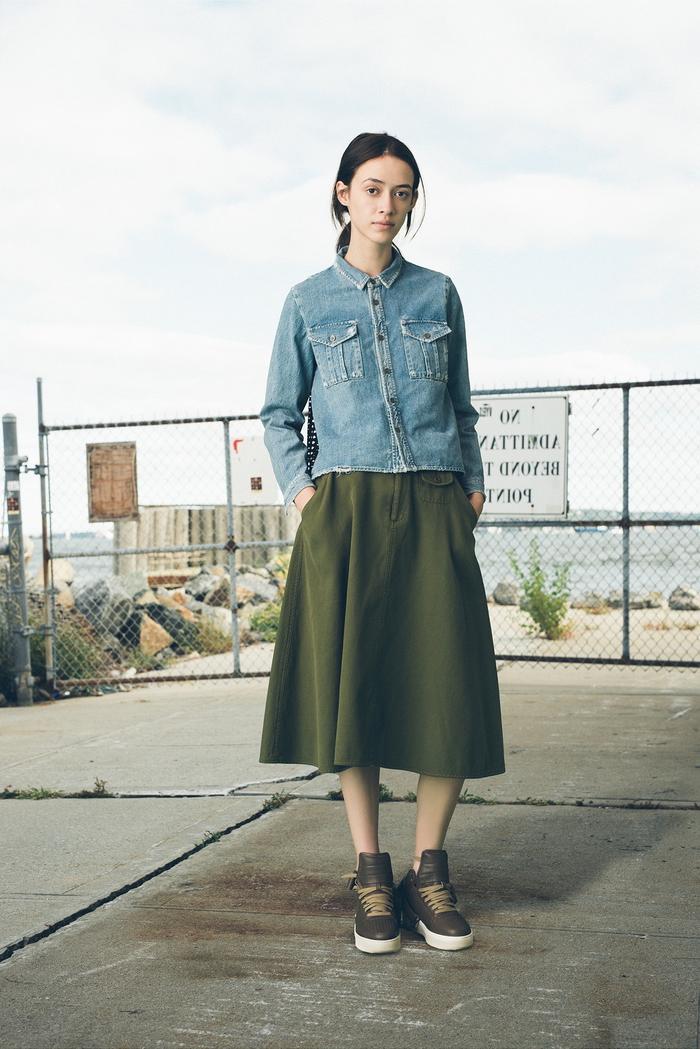 idée pour une couleur qui va avec le vert kaki, comment associer le denim et le kaki, veste en jean portée avec une jupe évasée mi-longue et des baskets kaki
