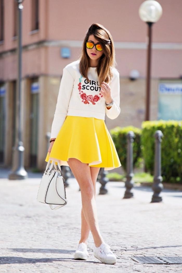 vetement femme, coupe de cheveux mi longs en châtain clair et foncé, blouse blanche avec jupe courte et baskets blancs