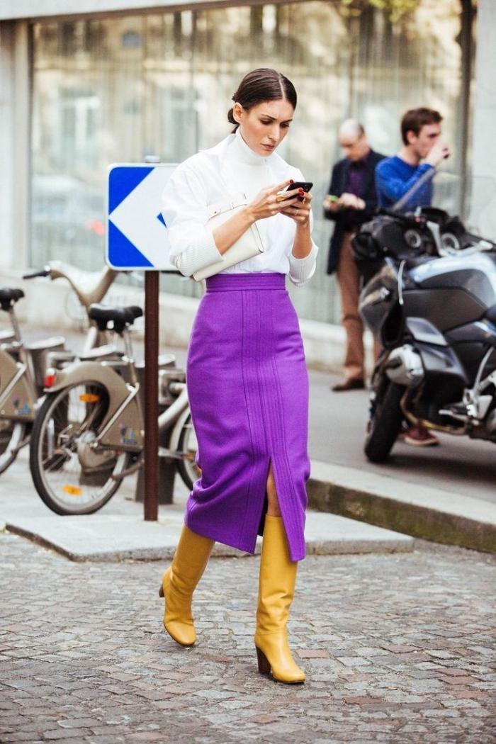 vetement femme fashion, couleurs complémentaires bottes jaunes et jupe pourpre avec chemise blanche