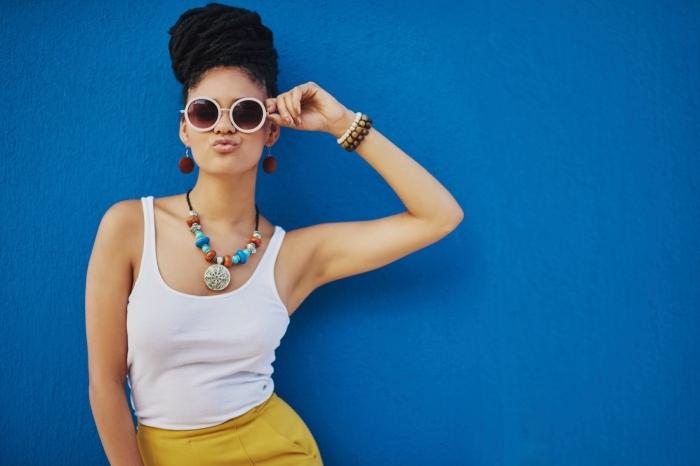 palette de couleur, débardeur blanc avec jupe jaune moutarde et accessoires en perles de bois blanches et marron