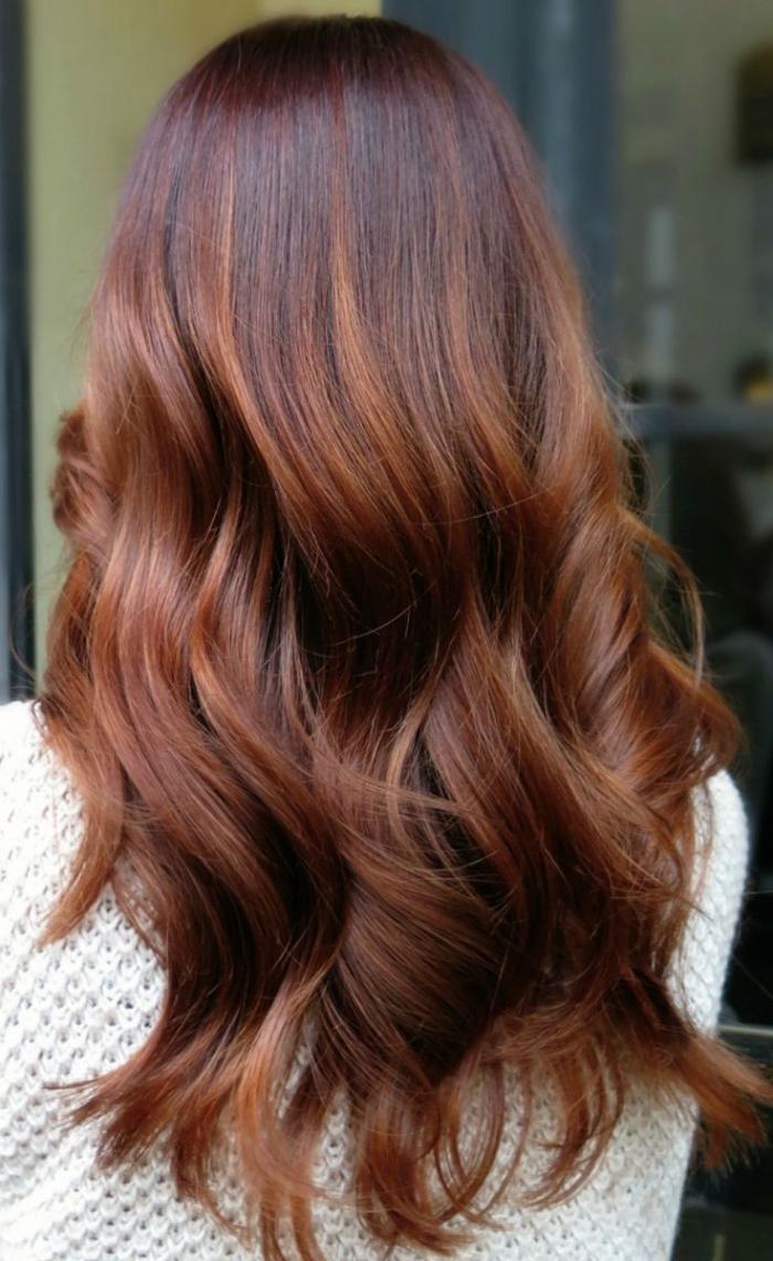 cheveux cuivré, coiffure cheveux longs et bouclés, coloration femme aux cheveux châtain avec pointes cuivrées