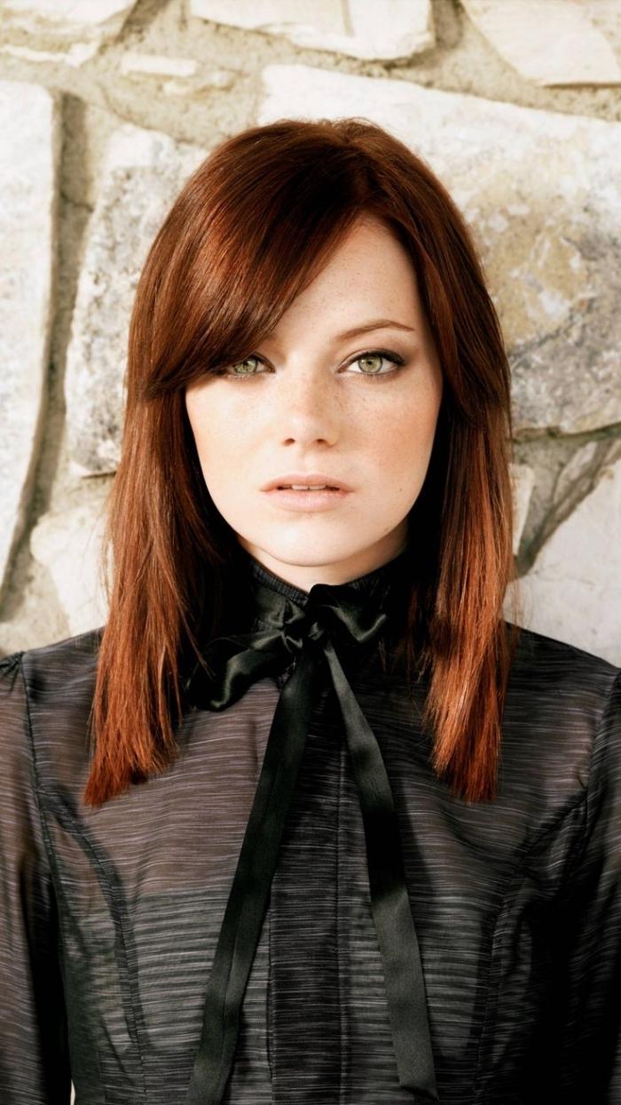quelle couleur de cheveux, coiffure cheveux mi longs raids avec frange sur le côté, coloration châtain foncé avec reflets cuivrés