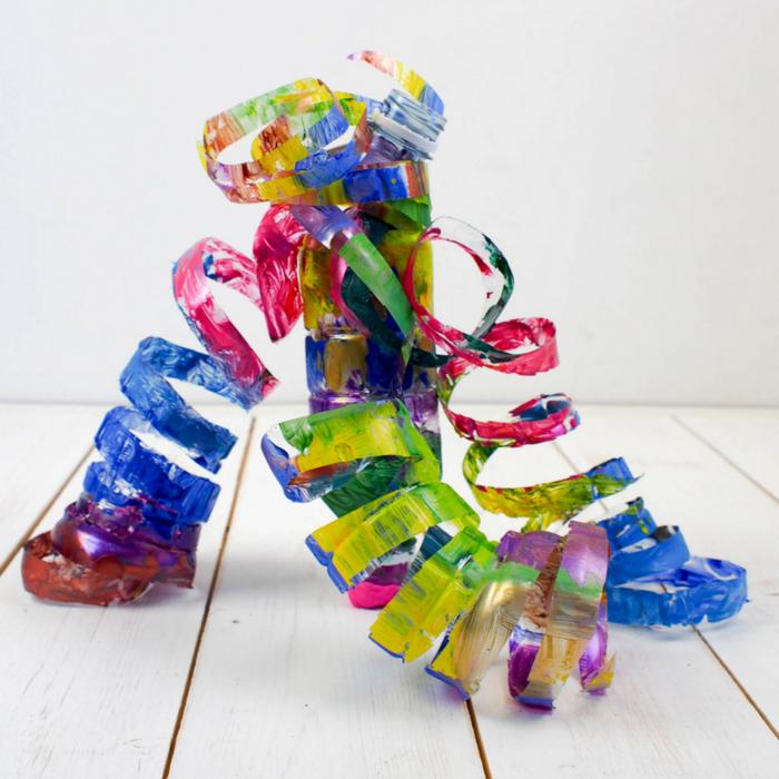 comment réaliser des spirales colorées en bouteille de plastique récupérée, une activité manuelle recyclage bouteille plastique