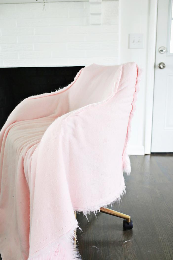 tuto de relooking meuble à petit budget et à peu d'efforts, chaise de bureau relookée et revêtue de fausse fourrure rose