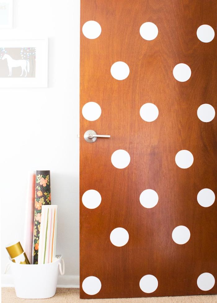 idée décoration porte en bois, diy chambre, pois blancs adhesifs pour personnaliser sa chambre, pinterest diy