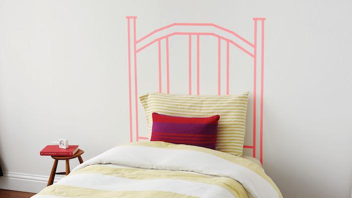 comment décorer sa chambre, tete de lit a faire soi meme avec du washi tape, bandes couleur rose, deco chambre fille ado