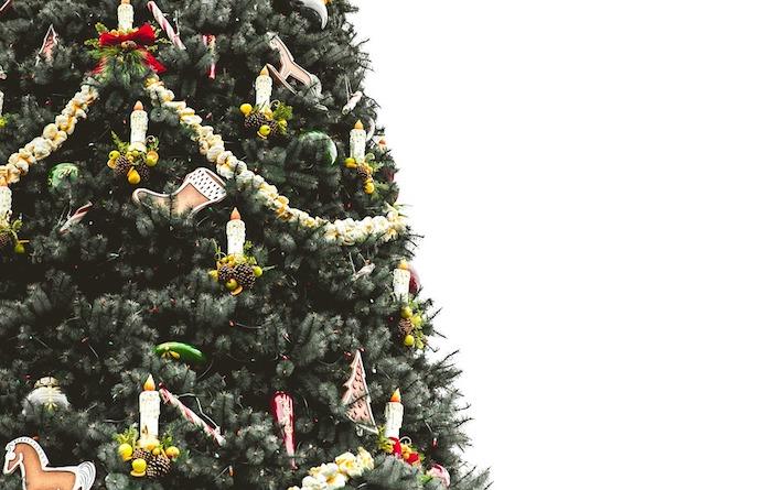 comment décorer un sapin de noël, décoration de guirlande popcorn, bougies artificiels et figurines, chevaux, bottes en carton