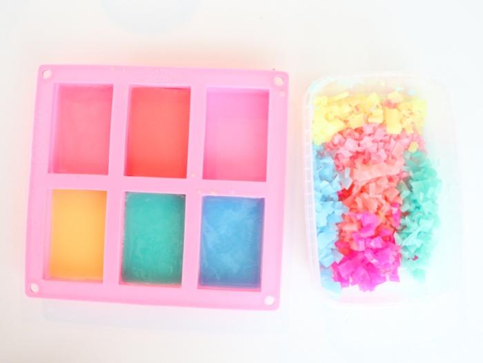 tuto facile pour fabriquer du savon à confetti de fantaisie à l'aide d'une moule à glaçons