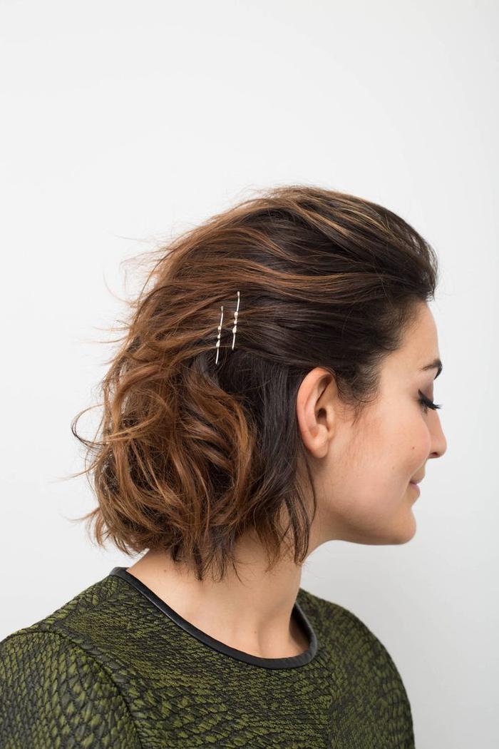 tuto coiffure cheveux courts portés en arrière avec des pinces de côté