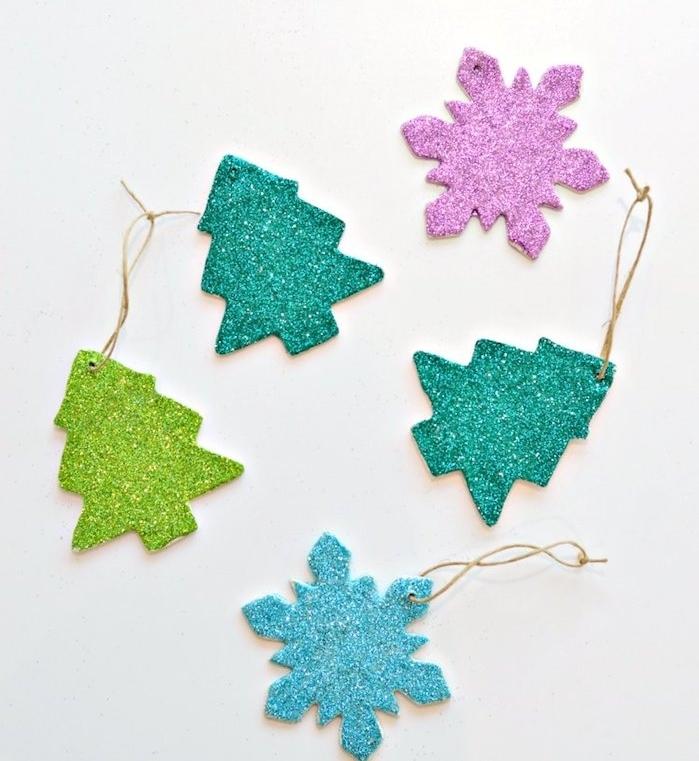 activité noel maternelle, des ornements en pate fimo, motif sapin de noel et flacon de neige et décoration de paillettes