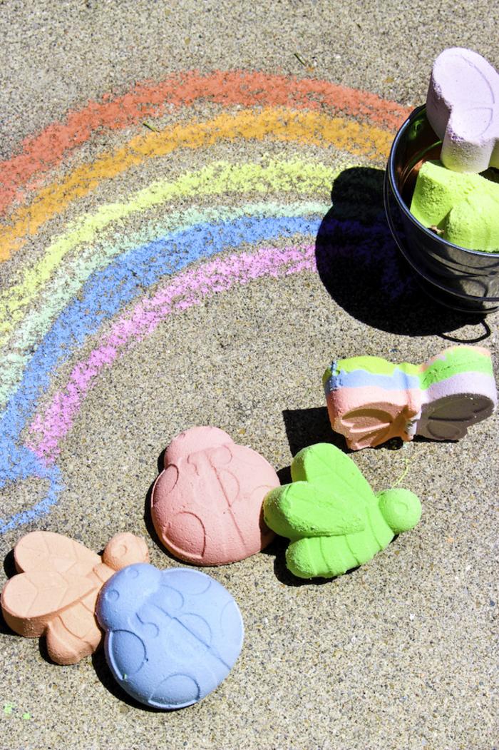 bricolage facile pour créer des craies colorées de formes variées et occuper les enfants pendant les vacances