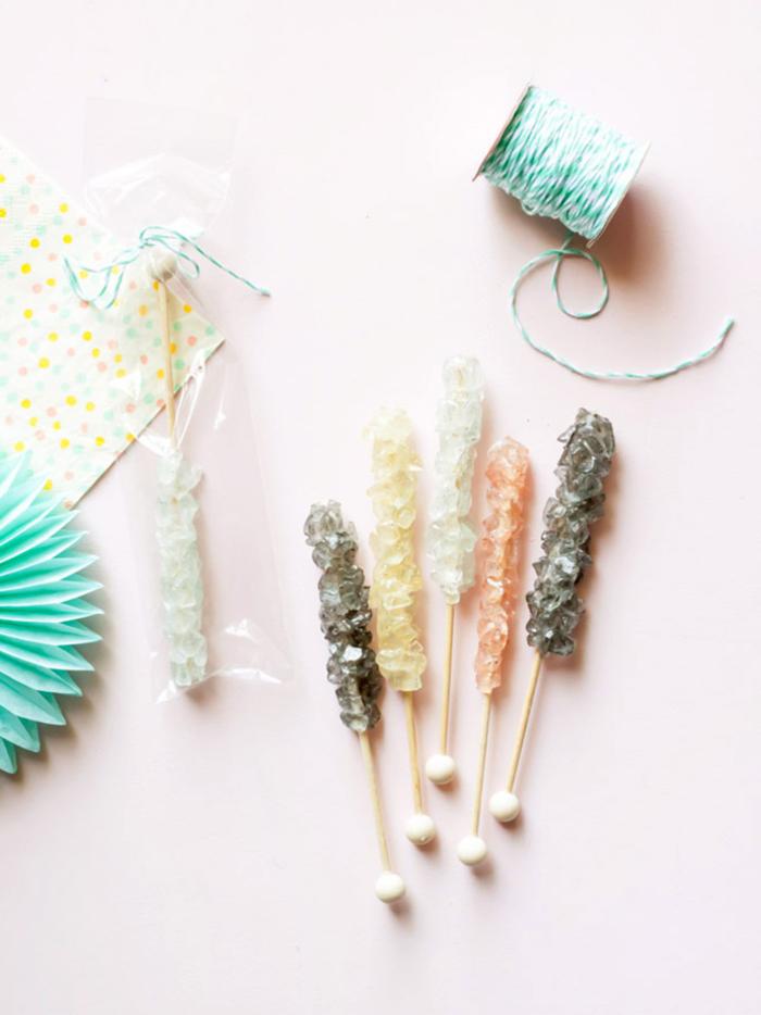 idées créatives pour votre frigo, des magnets-mémos faux bâtonnets de sucre candy