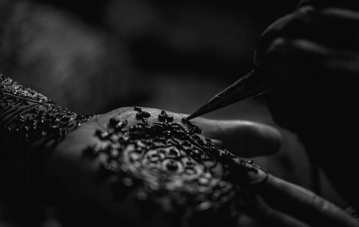 motif henné, photo blanc et noir pour montrer la technique des tatouages au henné, tatouage temporaire à design mandala