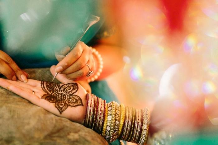 henné simple main, art corporel au henné noir pour femme, tatouage temporaire à design florale sur la paume