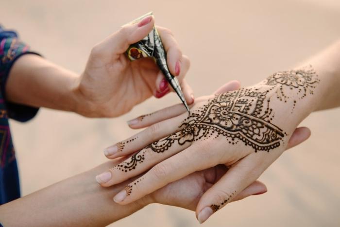 henné main simple, tatouage ethnique pour femme, tattoo temporaire sur les mains et les doigts