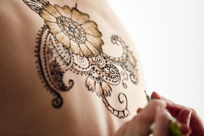 motif henné, technique de tatouage temporaire sur le dois, dessin au henné pour femme