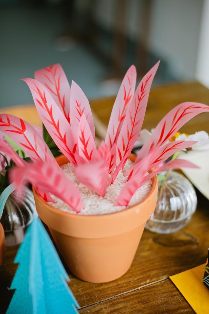 un projet diy déco maison avec du papier pour réaliser une fausse plante de décoration en pot de terre cuite