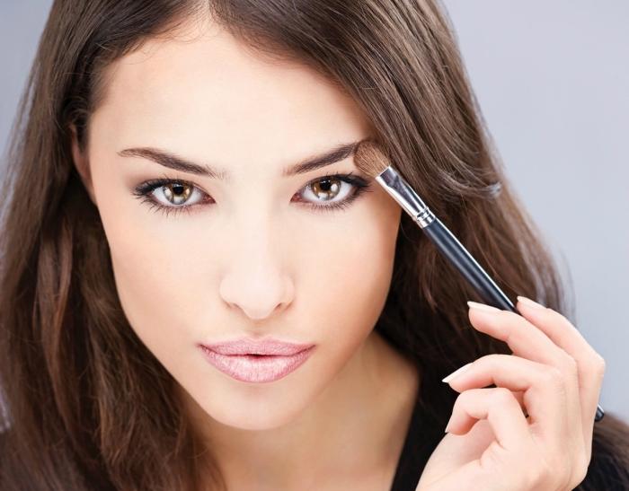 maquillage contouring, femme aux cheveux longs marron, base de maquillage de nuance pêche avec joues rose pâle