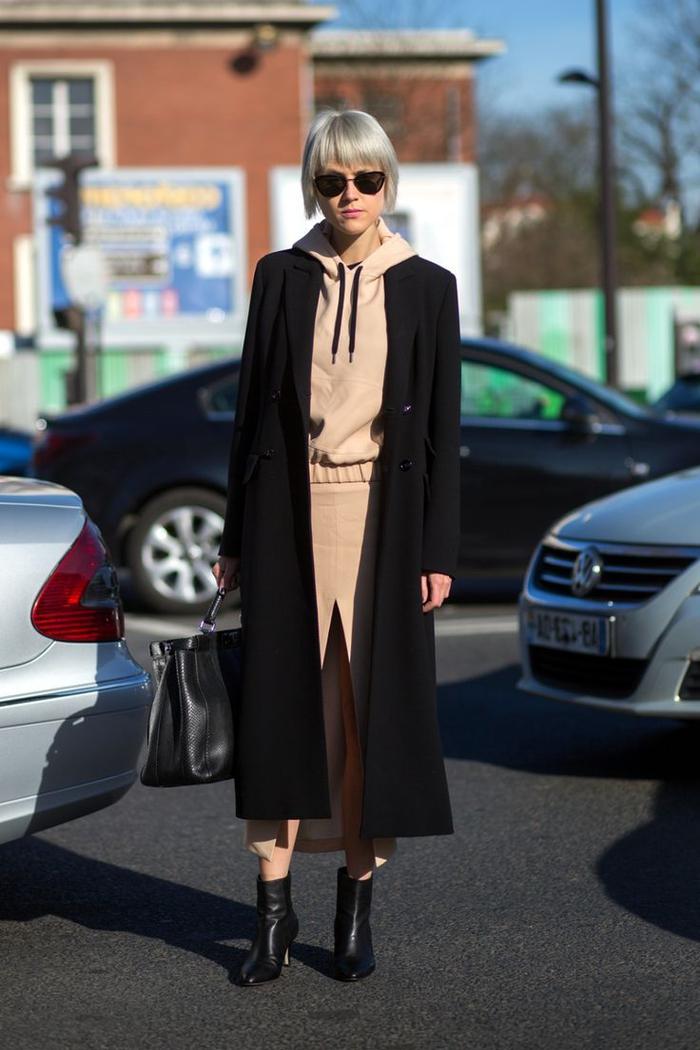 quelle couleur va avec le beige kaki, tenue chic et décontractée à sweat à capuche, jupe fendue devant et long manteau noir