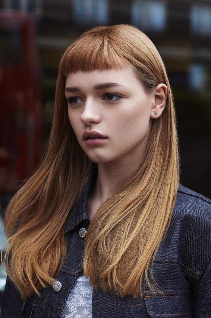 des cheveux longs et étincelants avec frange droite et plate version mini pour un look rétro à la jeanne d arc