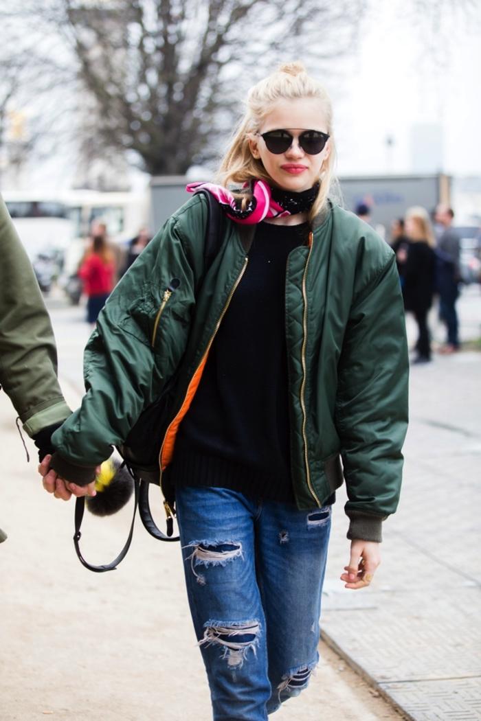 le bon style masculin féminin avec un jean boyfriend troué et une veste aviateur femme overszie
