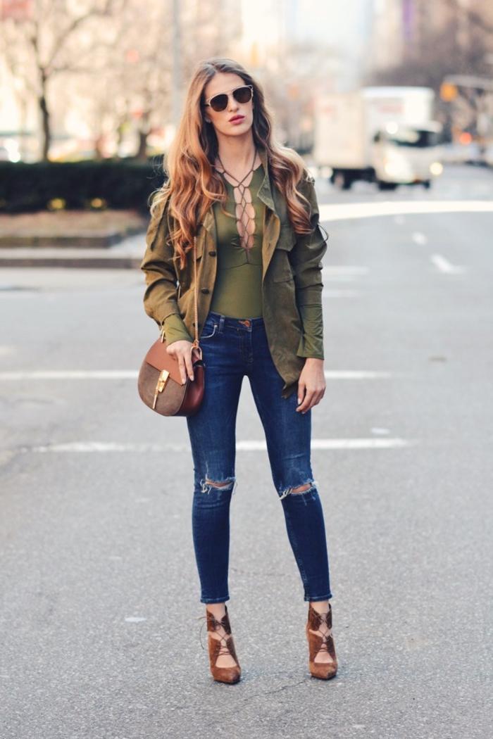 look ton sur ton avec une blouse courte à croisillons et une veste kaki femme de mi-saison, rehaussé par des sandales montantes en suédine couleur camel