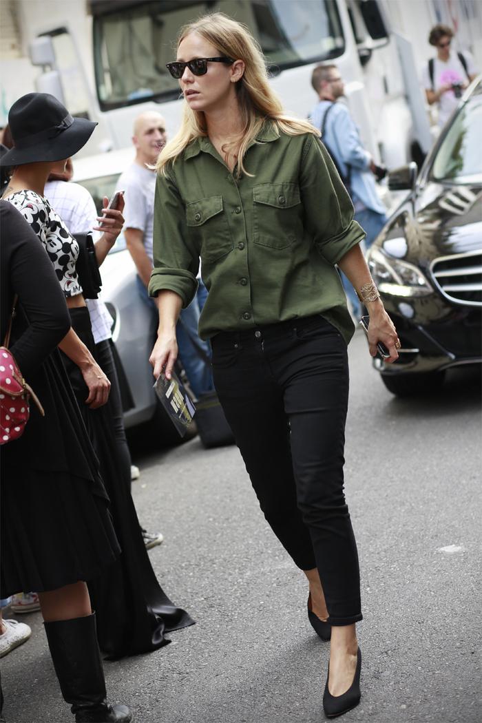 parka courte femme de style militaire portée de façon chic avec un simple pantalon noir et des escarpins noirs