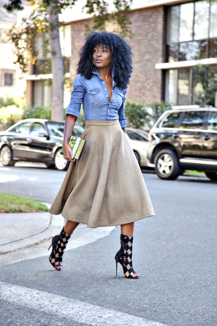 comment associer la couleur kaki et le denim, look chic en jupe évasée, chemise en jean et sandales montantes