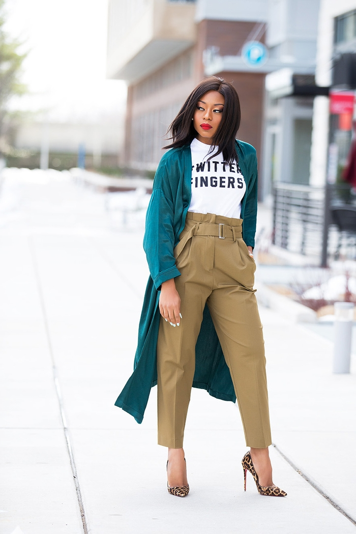 un pantalon kaki femme modèle carotte à taille haute qui sublime la silhouette allongée par un manteau satiné vert émeraude