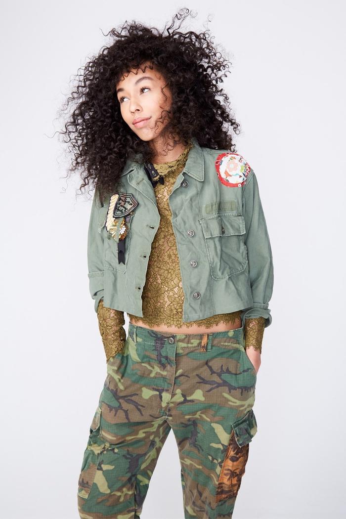 look total militaire avec une veste camouflage à écussons brodés et un pantalon treillis