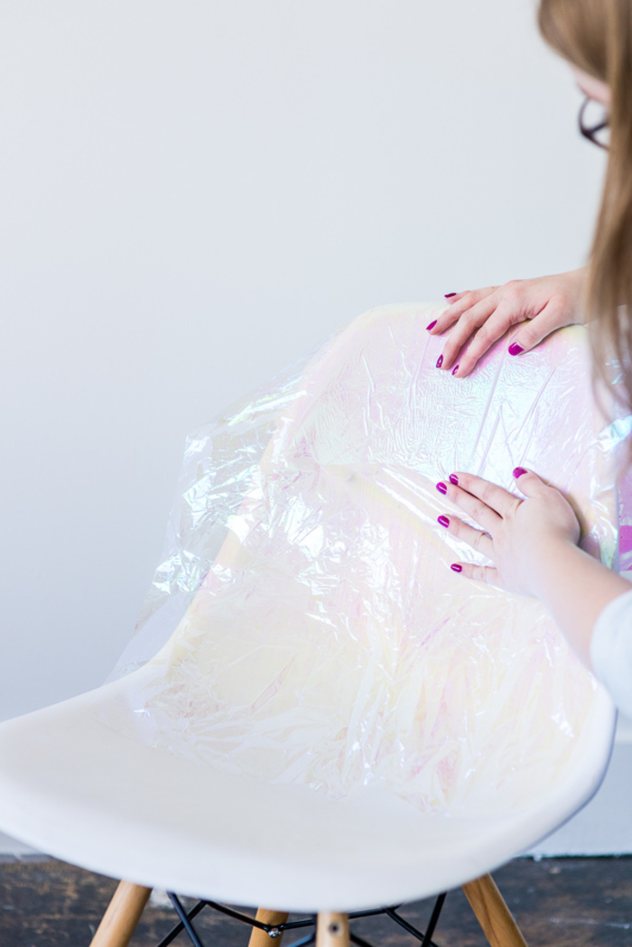 relooker des chaises grâce à papier cellophane irisé, chaise vintage style scandinave à effet holographique