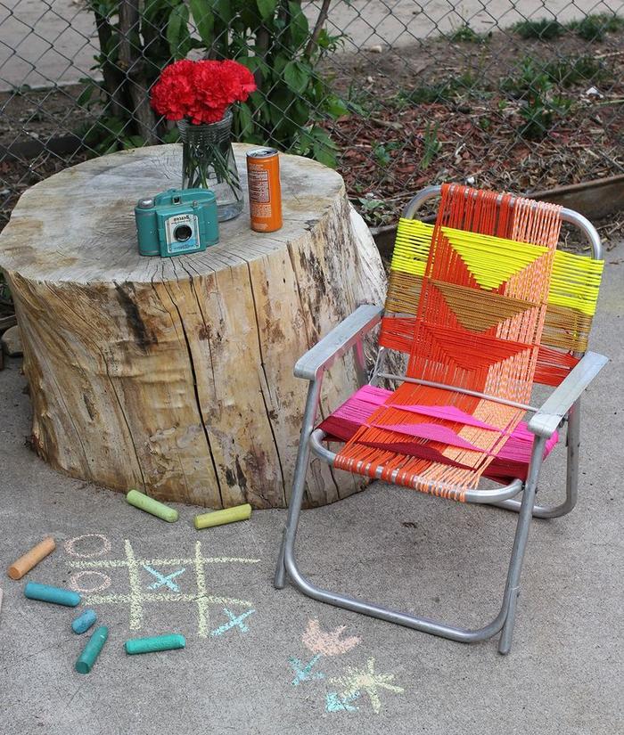 une chaise métallique chinée transformée en meuble extérieur original, projet de relooking meuble avec des fils de scoubidou