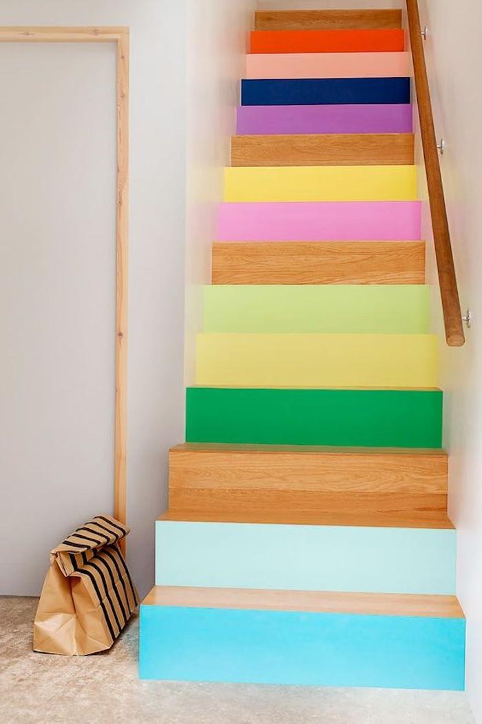 renover un escalier en bois, peinture différentes couleurs sur les contremarches, escalier coloré avec main courante en bois, deco joyeuse