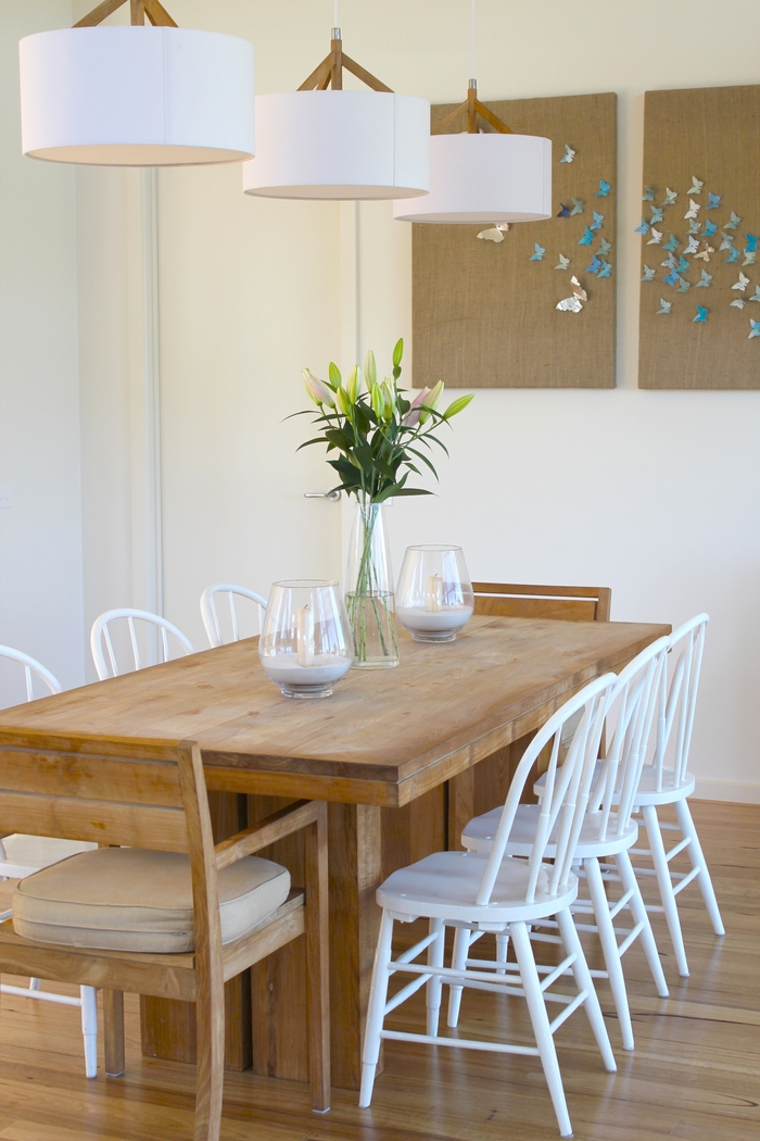 repeindre un meuble en bois en couleur blanche, des chaises blanches dans une ambiance rustique avec une déco aux matériels naturels