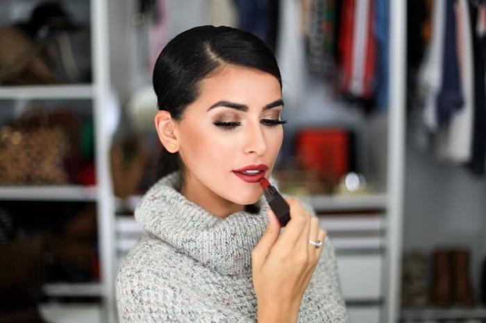 comment mettre du rouge a levre, coiffure cheveux attachés en chignon bas, coloration cheveux noirs, maquillage aux lèvres rouges