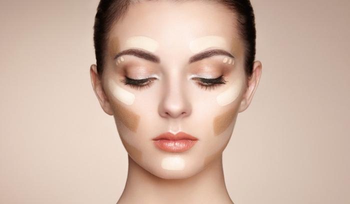 tuto contouring, application base de maquillage facile, fond de teint clair et fond de teint foncé pour faire contouring visage femme