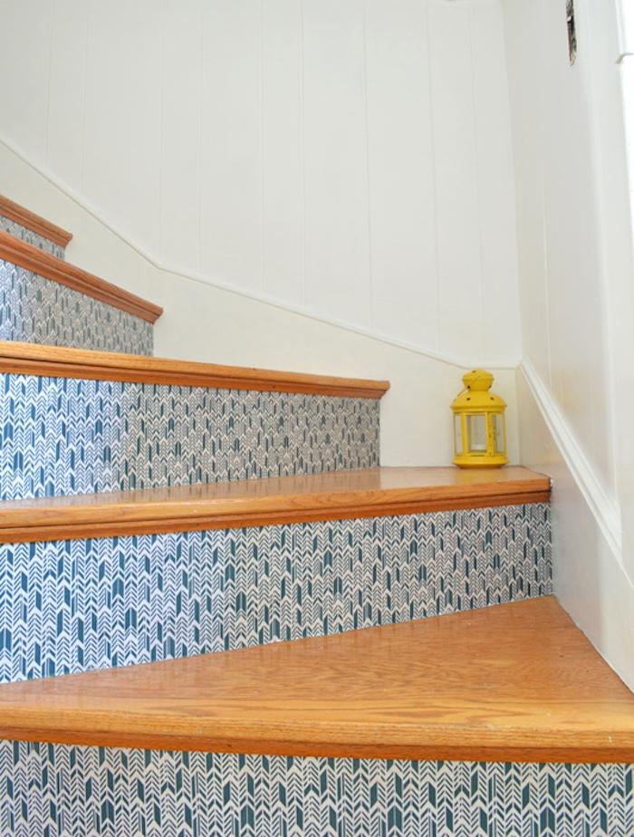 relooker un escalier avec du papier peint à motifs bleus et blancs et marches en bois, decoration de lanterne jaune
