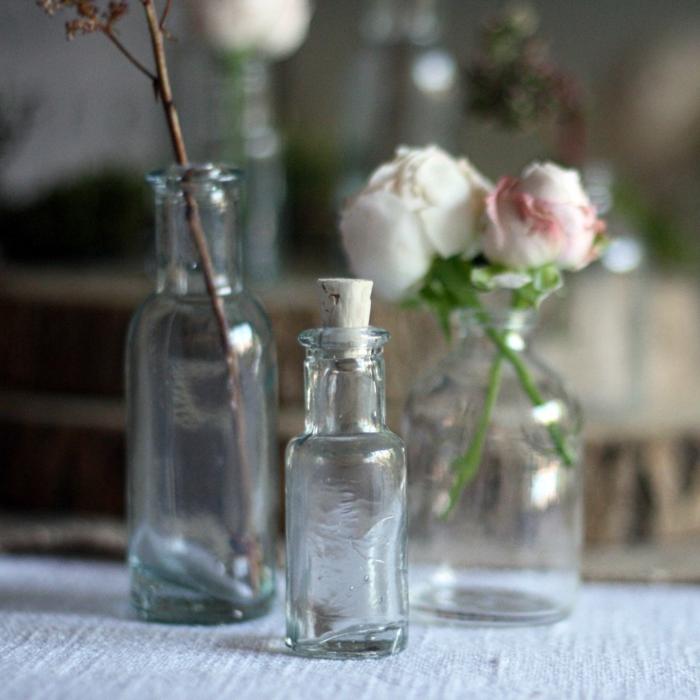 Idée bouchons liege décoration avec des bouchons de liège décoration de mariage petite bouteille embouché de liège recyclé mini vases de verre transperente
