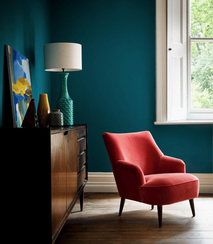 exemple de mur couleur peinture bleu pétrole, parquet clair, commode en bois vintage, fauteuil rouge