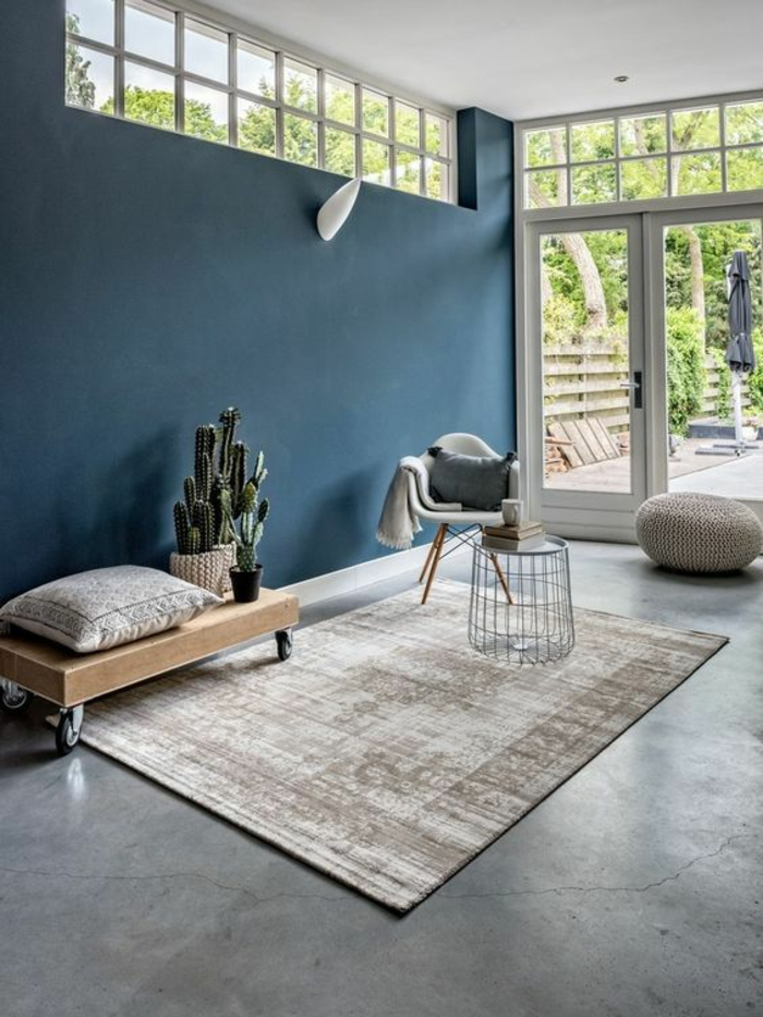 couleur bleu saphir nuance de bleu apaisante dans une pièce avec ameublement minimaliste et tapis aux nuances beiges et couleur blanc crème