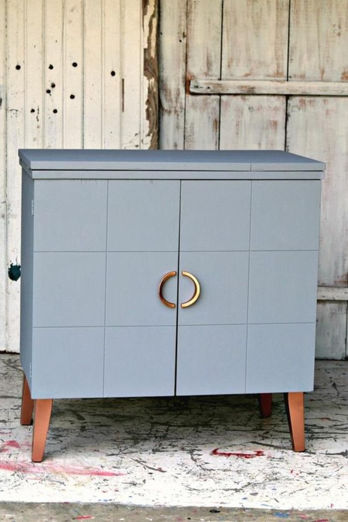 bleu cyan couleur de meuble avec des poignées semi rondes qui forment un rond quand les portes sont fermées